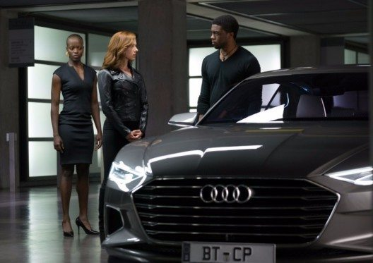 Von rechts nach links: Black Panther/ T'Challa (Chadwick Boseman), Black Widow (Scarlet Johansson) und Security Chef (Florence Kasumba).